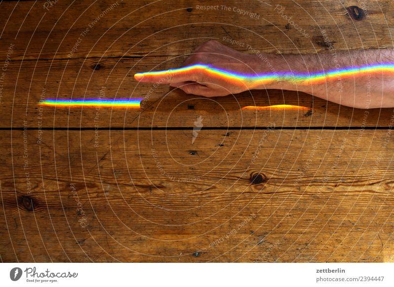 Zeigefinger mit Buntlicht (2) Arme mehrfarbig Farbe Finger Hand Licht Lichtbrechung Lichtstrahl Mann Mensch Physik Prisma Regenbogen regenbogenfarben