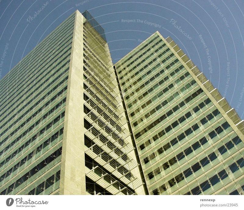 \\ \ Wolkenkitzler von unten I Himmel Sommer gelb Fenster Architektur Glas hoch Beton Hochhaus Perspektive Klarheit Freundlichkeit Etage Schönes Wetter Stock Ameise
