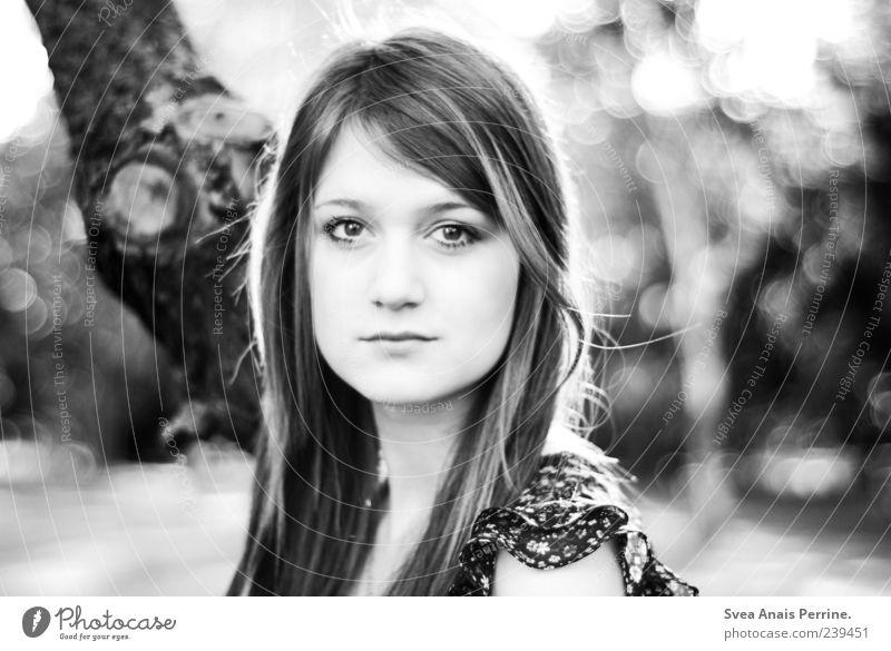 . elegant Stil feminin Junge Frau Jugendliche 1 Mensch 18-30 Jahre Erwachsene Schönes Wetter Baum T-Shirt Haare & Frisuren blond langhaarig beobachten schön