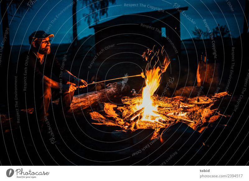 Lagerfeuer Mensch Natur Mann Sommer Einsamkeit Gesicht Erwachsene Freiheit Freizeit & Hobby maskulin sitzen Idylle Abenteuer beobachten Mütze Camping
