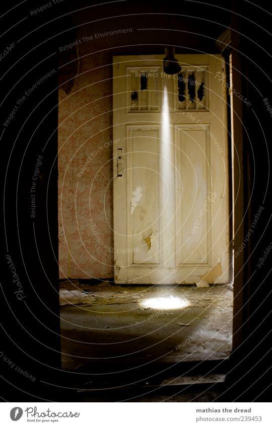 ERSCHEINUNG alt schön Einsamkeit dunkel Wand Mauer Gebäude Lampe hell Tür dreckig außergewöhnlich ästhetisch leuchten trist einzigartig