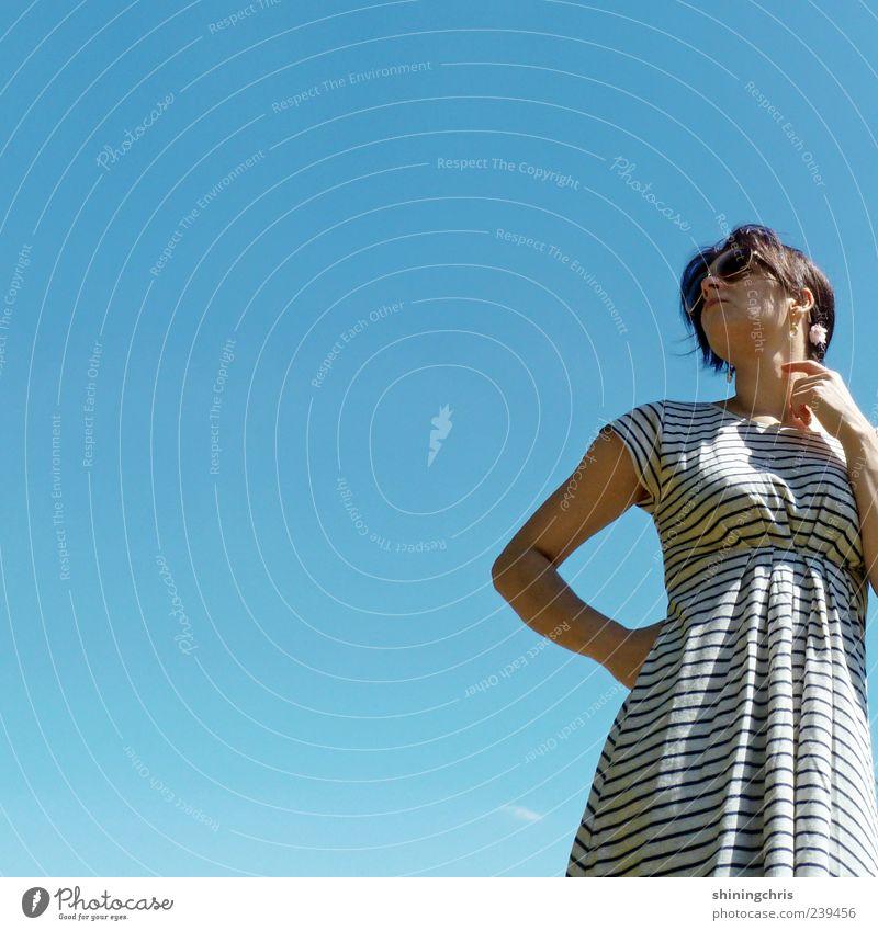 up to the sky feminin Junge Frau Jugendliche 1 Mensch 18-30 Jahre Erwachsene Himmel Wolkenloser Himmel Schönes Wetter Kleid Denken stehen groß Unendlichkeit