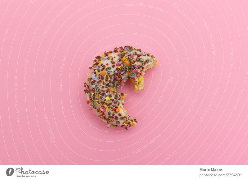 Halber Donut mit bunter Deko Essen Hintergrundbild Glück Feste & Feiern rosa Ernährung genießen süß einfach lecker Sehnsucht Süßwaren Kuchen Appetit & Hunger