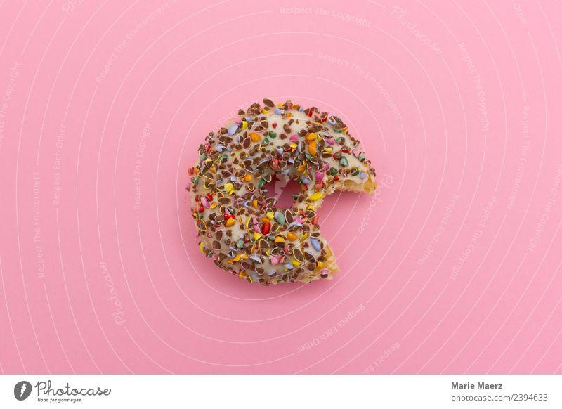 Leckerer Donut - angebissen Lebensmittel Teigwaren Backwaren Kuchen Dessert Ernährung Essen authentisch frech frisch trendy lecker schön süß mehrfarbig rosa