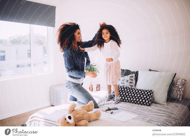 Mutter und Tochter haben Spaß beim Springen auf dem Bett. Lifestyle Freude Glück schön Schlafzimmer Kind Frau Erwachsene Familie & Verwandtschaft Kindheit