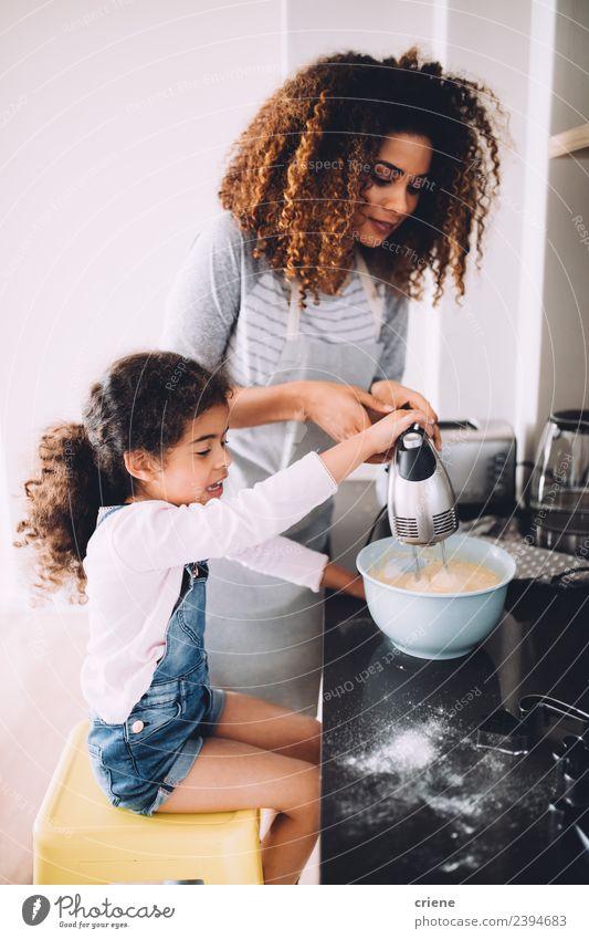 Mutter und Tochter backen gemeinsam Kuchen in der Küche. Dessert Schalen & Schüsseln Lifestyle Freude Glück Kind Schule Frau Erwachsene Familie & Verwandtschaft