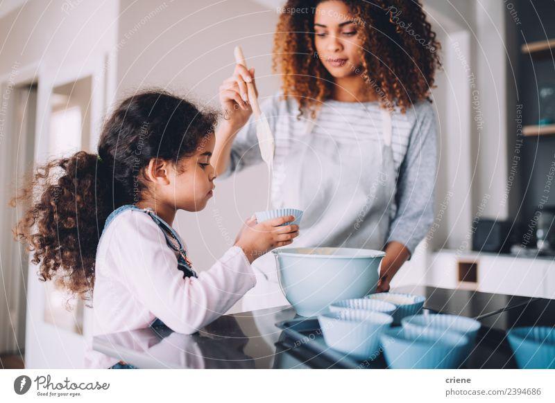 Mutter und Tochter backen gemeinsam Muffins in der Küche. Dessert Schalen & Schüsseln Lifestyle Glück Kind Schule Frau Erwachsene Familie & Verwandtschaft