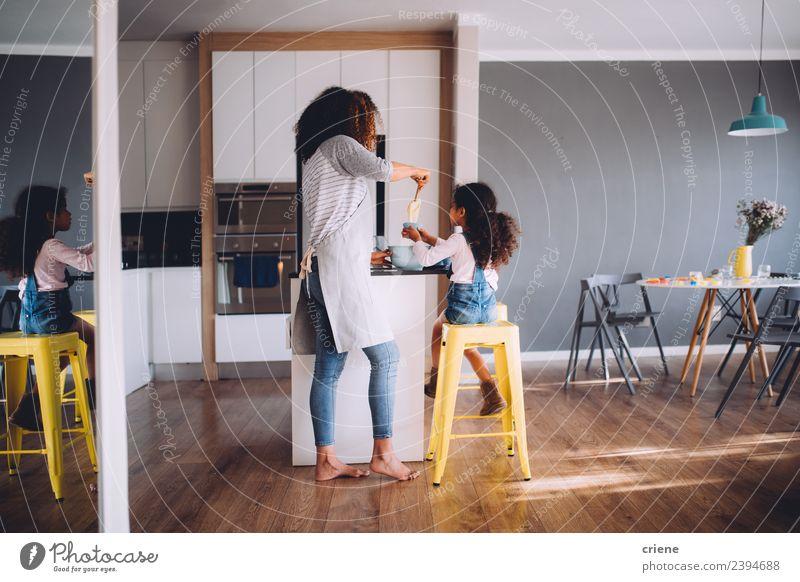 Mutter und Tochter backen gemeinsam Muffins in der Küche. Lifestyle Freude Glück Leben Kind Frau Erwachsene Eltern Familie & Verwandtschaft Kindheit machen
