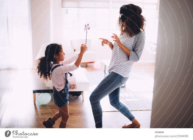 Mutter und Tochter beim Spaß am Katzenkostüm Freude Glück Spielen Kind Eltern Erwachsene Familie & Verwandtschaft Kindheit lachen Fröhlichkeit Zusammensein