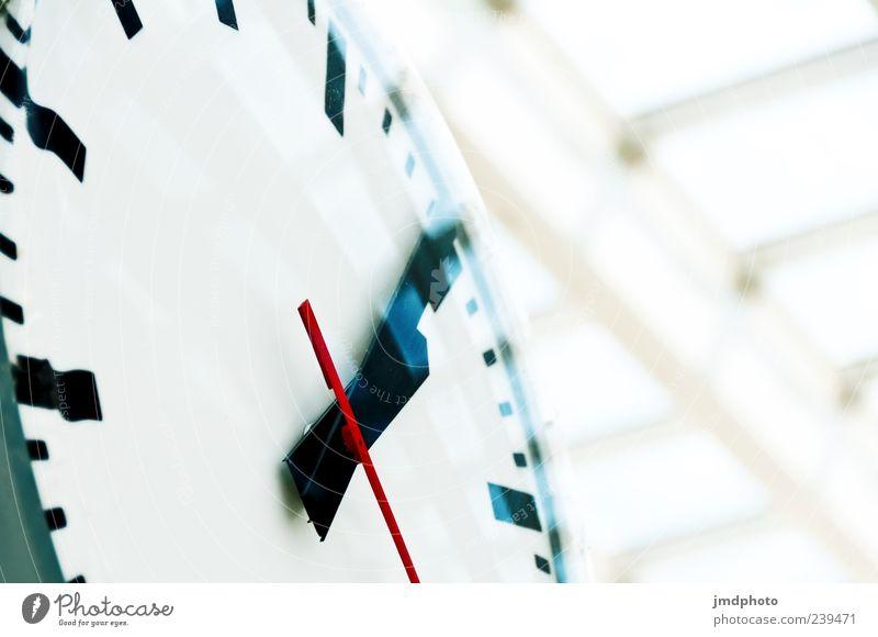 Bahnhofsuhr Uhr Zeit Farbfoto Innenaufnahme Nahaufnahme Detailaufnahme Menschenleer Tag Starke Tiefenschärfe Froschperspektive Uhrenzeiger 1 Bewegungsunschärfe