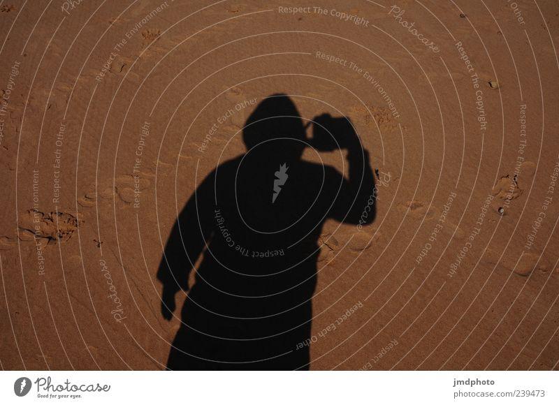 Schattenmann Mensch Mann Ferien & Urlaub & Reisen Sommer Strand Erwachsene Küste Sand maskulin Jacke Fußspur Fotograf Kapuze Fotografieren Beruf