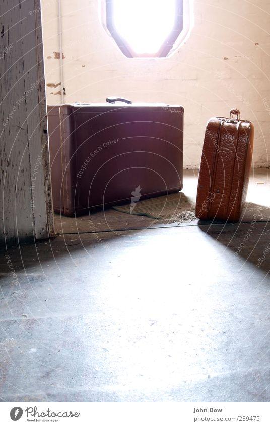 Aufbruch Ferien & Urlaub & Reisen alt Fenster hell braun stehen Beginn Wandel & Veränderung retro Nostalgie Koffer Fernweh Flucht fertig Dachboden wegfahren