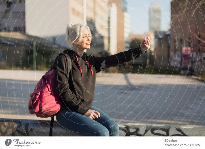 Junge Frau nimmt Selfie nach der Schule. Lifestyle Stil Freude Glück Erholung Berge u. Gebirge Schulkind Schüler Telefon Handy PDA Fotokamera Mensch feminin