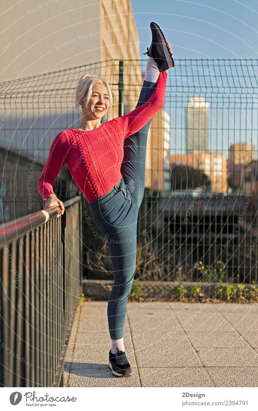 schönes Mädchen in einer Jeans im Stil des Balletts macht die Spagat Lifestyle Leben Musik Tanzen Sport Mensch feminin Junge Frau Jugendliche Erwachsene 1