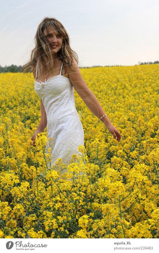 Goldmeer Mensch Frau Natur Jugendliche weiß Pflanze Blume Erwachsene gelb Landschaft feminin Glück hell gehen Junge Frau Zufriedenheit