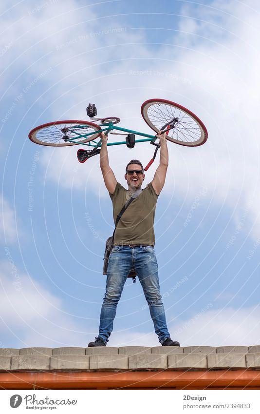 Mensch Himmel Jugendliche Mann Junger Mann rot Straße Erwachsene Lifestyle Stil Glück Textfreiraum Freundschaft Freizeit & Hobby maskulin Fahrrad