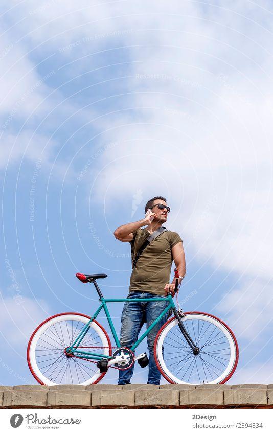 Mensch Himmel Ferien & Urlaub & Reisen Jugendliche Mann Junger Mann Wolken Straße Erwachsene Lifestyle sprechen Stil Business maskulin Verkehr modern