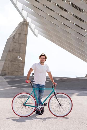 Junger Mann Radfahren an einem Sommertag in der Stadt Lifestyle Stil Freude Erholung Freizeit & Hobby Ferien & Urlaub & Reisen Tourismus Sport Fahrradfahren