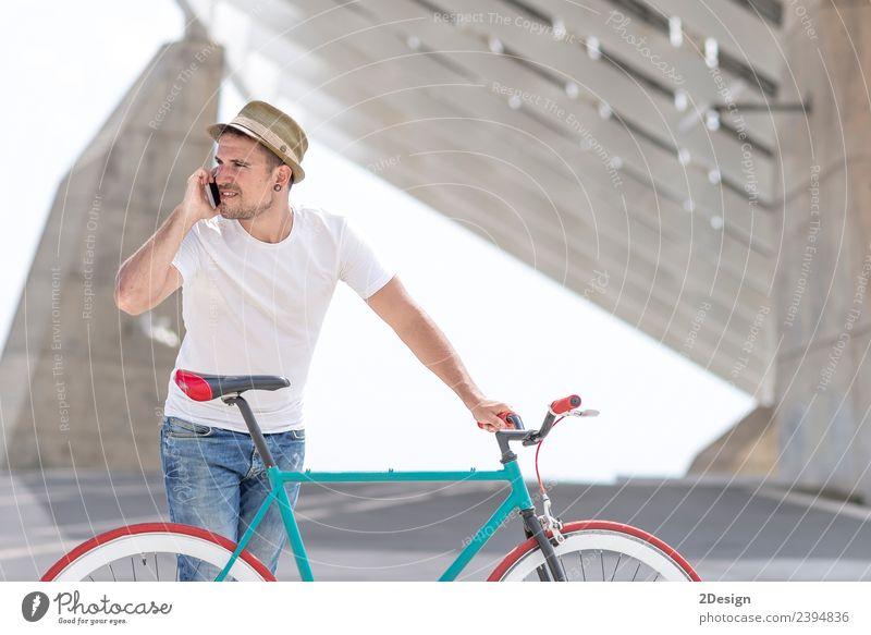 Junger, gutaussehender Kerl mit einem Fahrrad. Lifestyle Stil Freude schön Ferien & Urlaub & Reisen Abenteuer Beruf Business Telefon Technik & Technologie