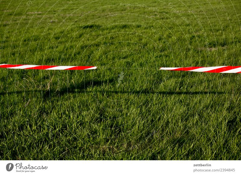 Absperrband Wiese Rasen Sportrasen Gras Barriere flattern Durchgang Durchfahrtsverbot Verbote Tatort Grenze Warnhinweis Warnung Lücke Perforierung Loch