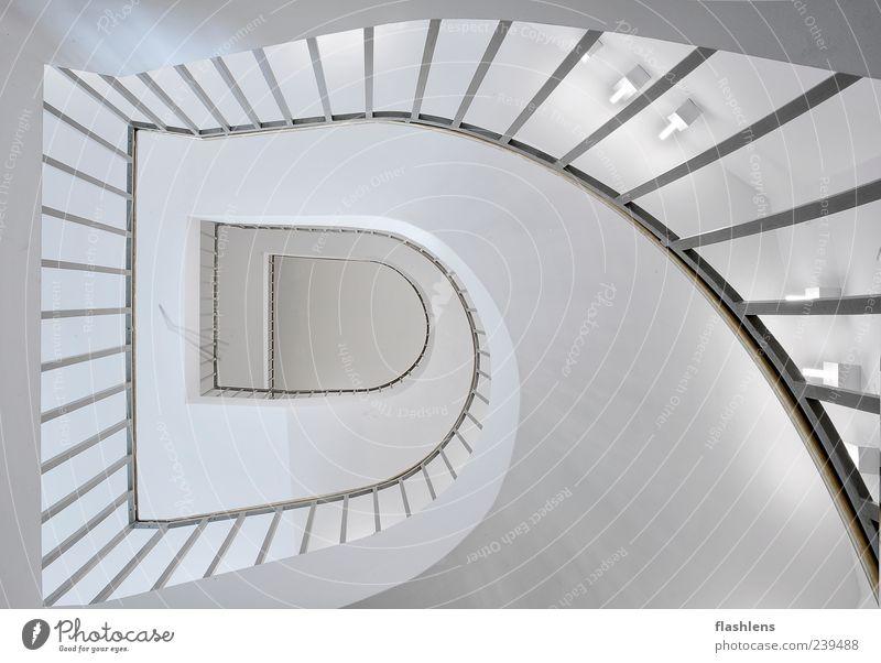 Die Treppe Gebäude Architektur außergewöhnlich Unendlichkeit weiß Innenaufnahme Menschenleer Tag Zentralperspektive Weitwinkel Treppengeländer eckig gekrümmt