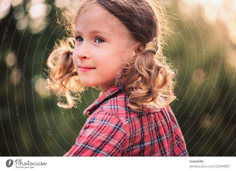 Sommerporträt eines glücklichen Kindes Freude schön Spielen Ferien & Urlaub & Reisen Garten Kindheit Natur Wärme Blume Gras Wald Lächeln Fröhlichkeit klein