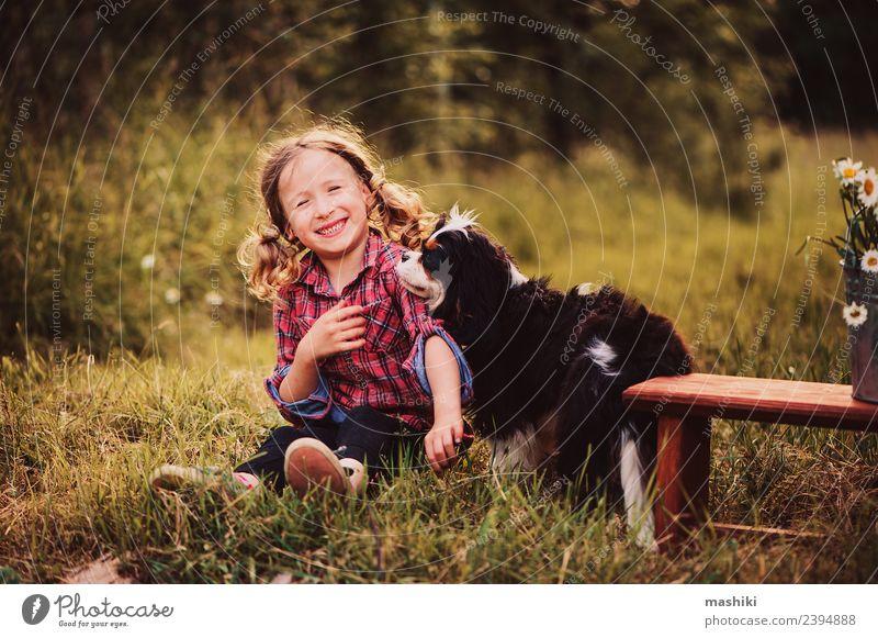 Kind spielt im Sommer mit dem Hund Freude schön Spielen Ferien & Urlaub & Reisen Garten Kindheit Natur Wärme Blume Gras Wald Lächeln Fröhlichkeit klein niedlich