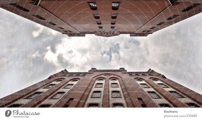 Von Angesicht zu Angesicht Haus Fabrik Gebäude Architektur Fassade Farbfoto Außenaufnahme Tag Froschperspektive himmelwärts rot Menschenleer Himmel Wolken