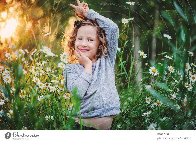glückliches Kind Mädchen täuschend im Sommer Freude Glück schön Gesicht Spielen Ferien & Urlaub & Reisen Sonne Frau Erwachsene Kindheit Natur Wetter Wärme Blume