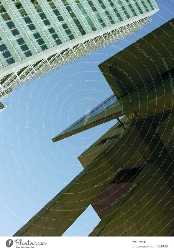 """die """"etwas"""" andere PErspektive Himmel Fenster Gebäude hell Metall Architektur Glas Beton Hochhaus verrückt Perspektive aufwärts Säule Klotz Glasfassade"""