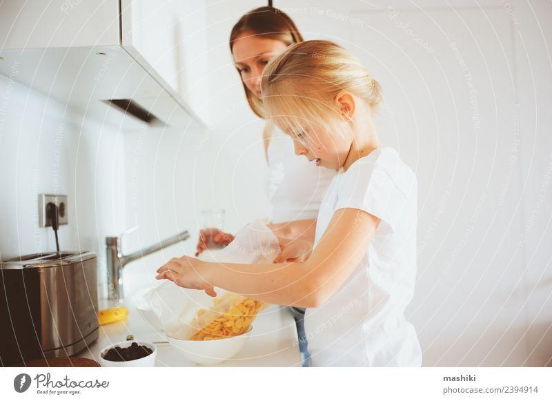 Mutter beim Frühstück mit der kleinen Tochter zu Hause Lifestyle Freude Glück Küche Kind Erwachsene Familie & Verwandtschaft Lächeln Umarmen Zusammensein modern