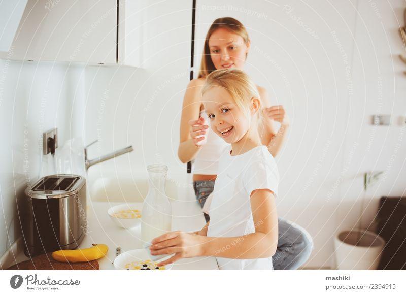 Mutter beim Frühstück mit Tochter Lifestyle Freude Glück Küche Kind Erwachsene Familie & Verwandtschaft Lächeln Umarmen Zusammensein modern weiß Partnerschaft