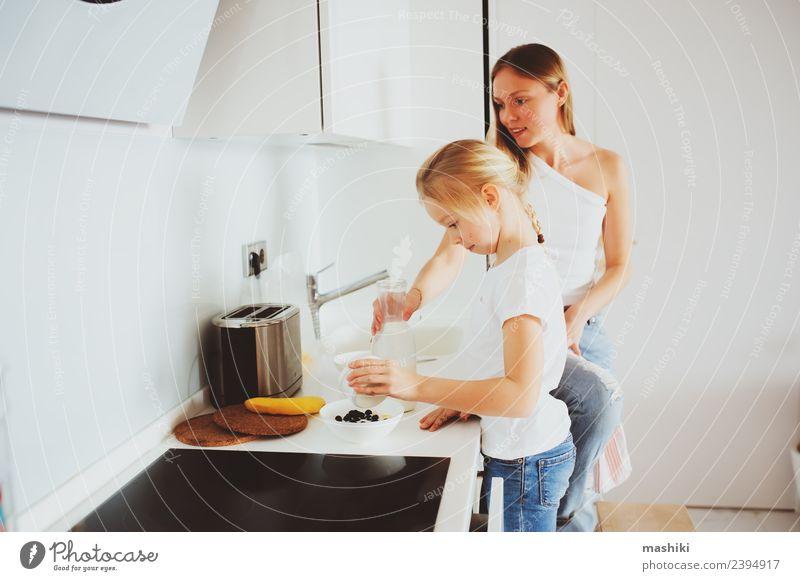 Mutter beim Frühstück mit der kleinen Tochter Lifestyle Freude Glück Küche Kind Erwachsene Familie & Verwandtschaft Lächeln Umarmen Zusammensein modern weiß