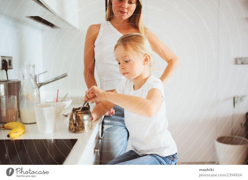 Mutter beim Frühstück mit Kind Lifestyle Freude Glück Küche Erwachsene Familie & Verwandtschaft Lächeln Umarmen Zusammensein modern weiß Partnerschaft