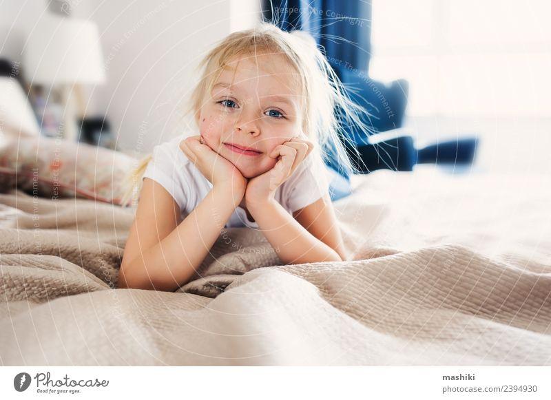 süßes glückliches Kleinkind Mädchen auf dem Bett Lifestyle Freude Glück Erholung Spielen Schlafzimmer Familie & Verwandtschaft Lächeln schlafen klein lustig
