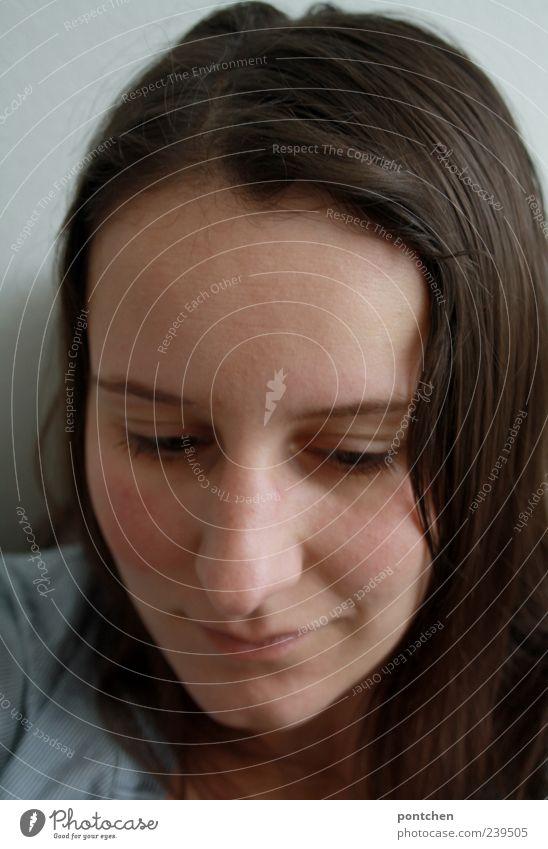 Gesicht einer leicht lächelnden Frau. Blick nach unten. Träumen und nachdenken Mensch feminin Junge Frau Jugendliche Erwachsene Kopf 1 Haare & Frisuren brünett