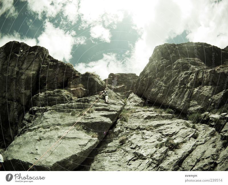 allez zum zweiten! Mensch Sport Berge u. Gebirge Felsen Freizeit & Hobby hoch Alpen Klettern aufwärts Bergsteigen Bergsteiger Felsspalten Wolkenhimmel Felswand Kletterseil