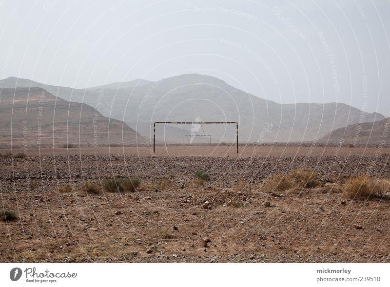 Fußball im Nichts Natur Ferien & Urlaub & Reisen Sonne Sommer ruhig Ferne Umwelt gelb Berge u. Gebirge Sand braun Erde Freizeit & Hobby außergewöhnlich