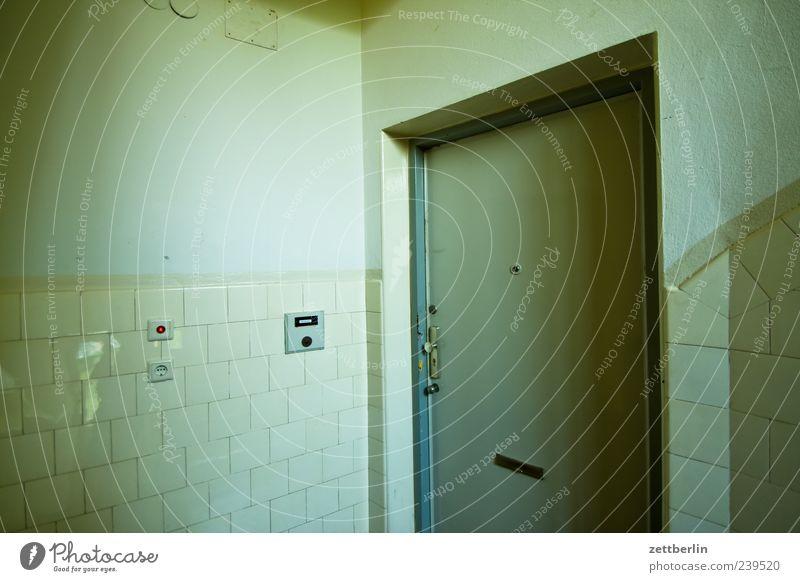 Treppenhaus Menschenleer Haus Bauwerk Gebäude Mauer Wand Tür alt trashig wohnungstür Eingang Zugang Klingel geschlossen Fliesen u. Kacheln Wohnhaus Stadthaus