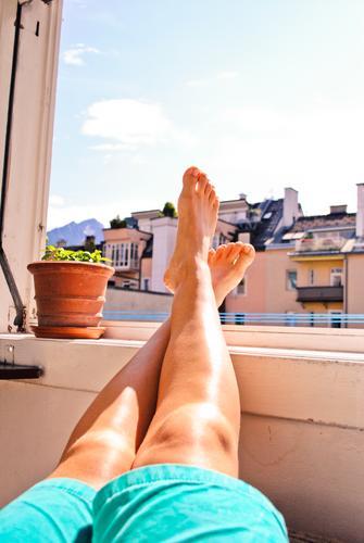 feiertag! mmmmh! harmonisch Wohlgefühl Zufriedenheit Sinnesorgane Erholung ruhig maskulin androgyn Beine Fuß Unterschenkel Zehen Knie Hose genießen Lebensfreude