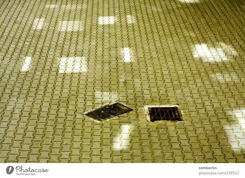 Hof mit Licht Terrasse Sauberkeit grün Langeweile Hinterhof Innenhof eng Bodenbelag Gully Abfluss entwässerung Lichtfleck Farbfoto Gedeckte Farben Außenaufnahme