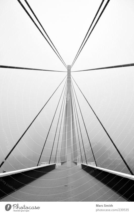 Stairway to the Stars weiß schwarz Architektur grau Nebel leuchten Brücke Brückengeländer zentral bevölkert Schwarzweißfoto Brückenkonstruktion