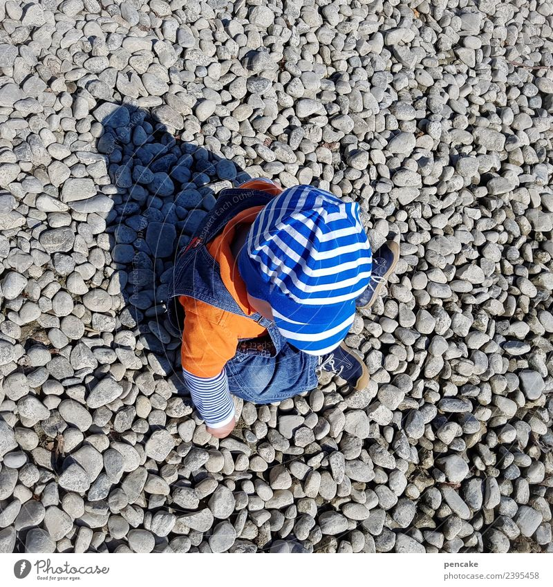 steinig   kleiner millionär Mensch Natur Sommer Spielen Stein Kindheit Schönes Wetter niedlich Neugier berühren entdecken Seeufer Urelemente viele Mütze