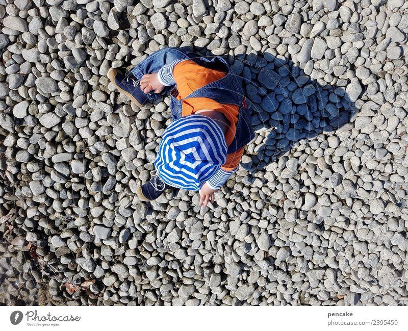 jahreszeiten | sommerspiele Spielen Mensch Kind Kleinkind 1-3 Jahre Natur Seeufer Glück klein maritim Lebensfreude Mütze Hut Wetterschutz blau-weiß Stein