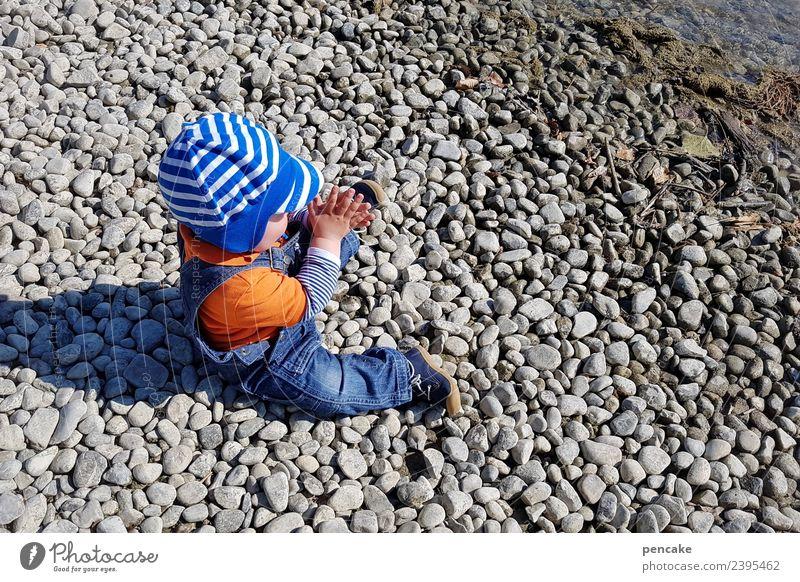gut behütet | am see Natur Sommer Landschaft Hand Freude Frühling Glück Stein Erde sitzen Fröhlichkeit Lebensfreude Baby Schutz Seeufer Urelemente