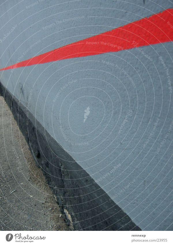 'Kiffige Rote Linie' rot schwarz Wand grau Linie Architektur verrückt Kraft Perspektive Ecke Verfall grell strahlend knallig