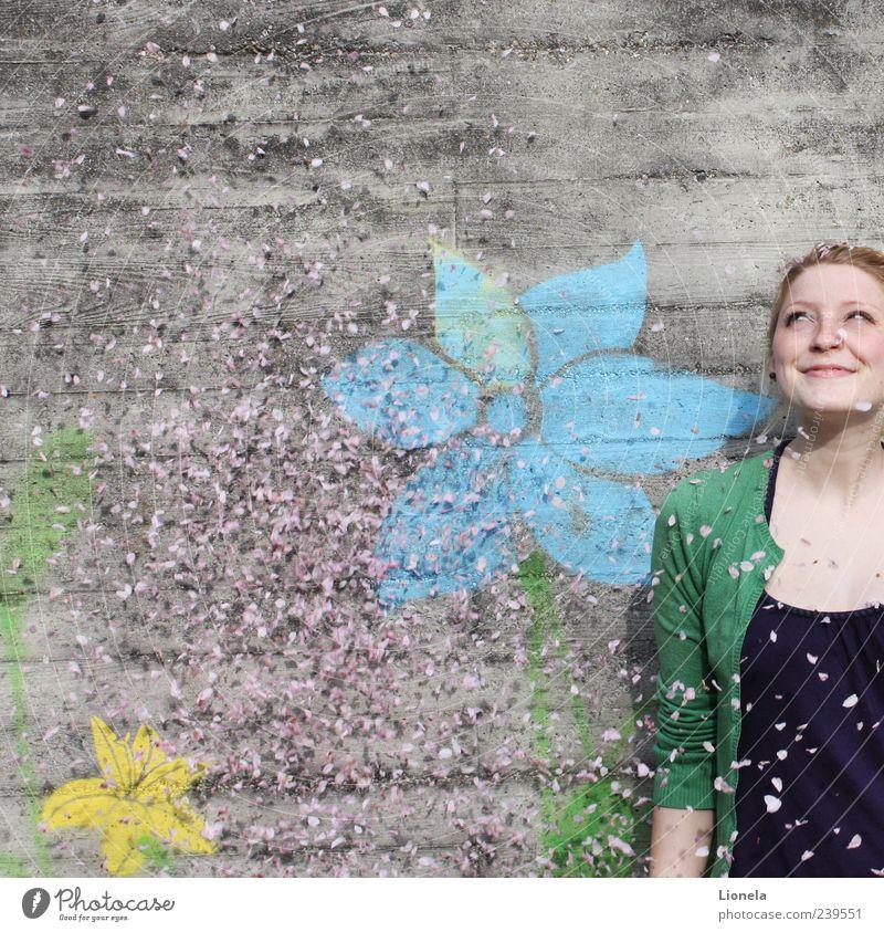Sommerregen Mensch Jugendliche blau grün Erwachsene feminin Leben Wand Freiheit grau Glück Kopf lachen Mauer träumen Stimmung