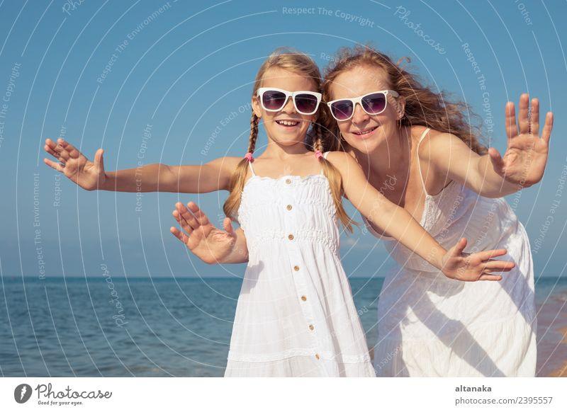 Mutter und Tochter stehen tagsüber am Strand. Lifestyle Freude Glück Leben Erholung Freizeit & Hobby Spielen Ferien & Urlaub & Reisen Ausflug Freiheit Camping