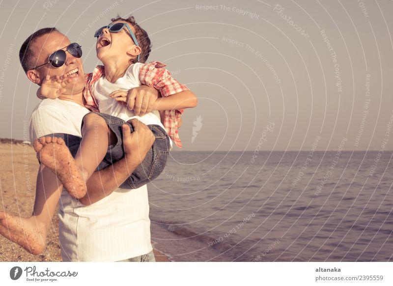Kind Mensch Ferien & Urlaub & Reisen Mann Sommer Erholung Freude Strand Erwachsene Lifestyle Leben Liebe Sport Familie & Verwandtschaft Junge klein