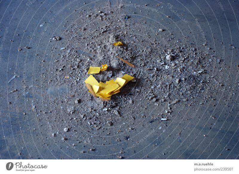wasting my little universe gelb Gefühle grau Stimmung dreckig liegen ästhetisch kaputt Boden trist Vergänglichkeit Müll machen gebrochen trashig Zerstörung